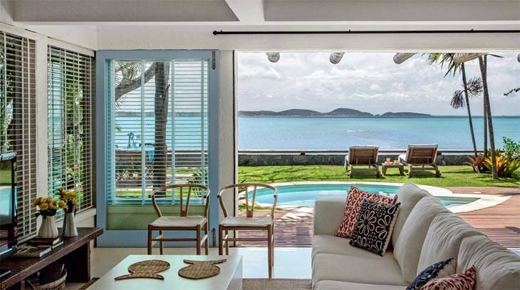 стеклянные стены в доме с красивым видом на море