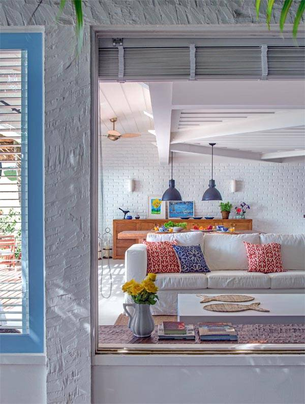 Ненавязчивый интерьер пляжного дома с белой кирпичной стеной