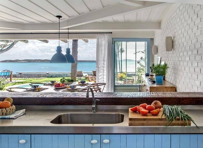 Красивый интерьер кухни с шикарным видом на море