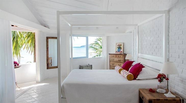 эффектный дизайн спальни с белой кирпичной стеной