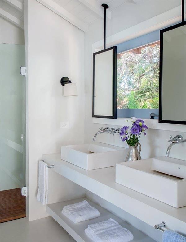 Интерьер маленькой ванной комнаты с двумя умывальниками
