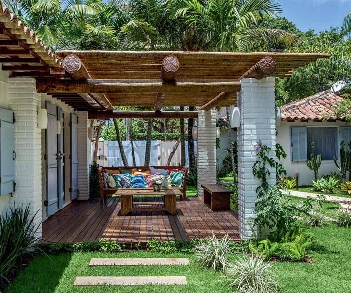 Красивая летняя терраса у пляжного домика