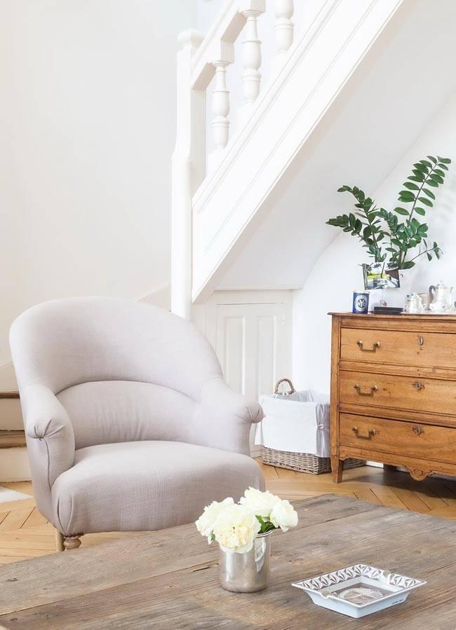 деревянная мебель для гостиной и белое кресло фото