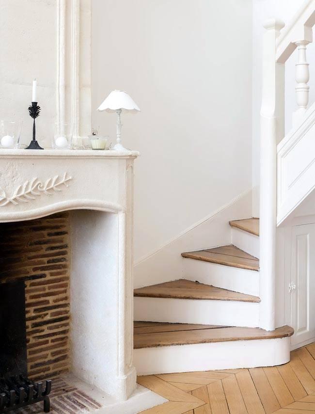 ступени лестницы выполнены из состаренного дерева фото