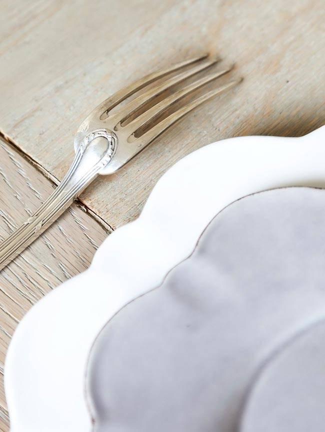 Красивая посуда в оформлении обеденного стола фото