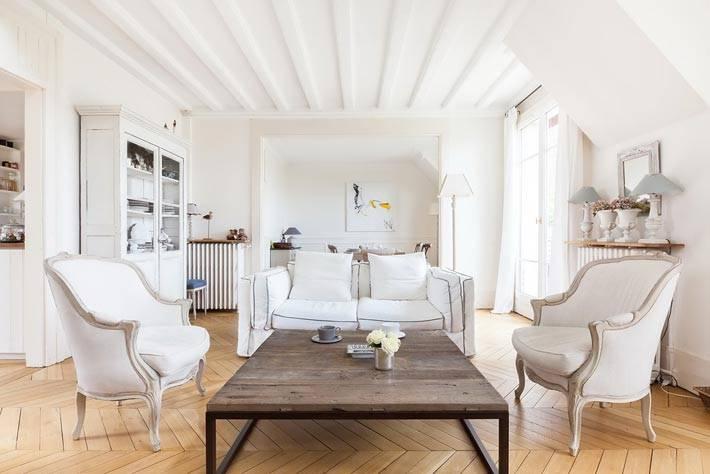 дизайн гостиной комнаты с белоснежной мебелью