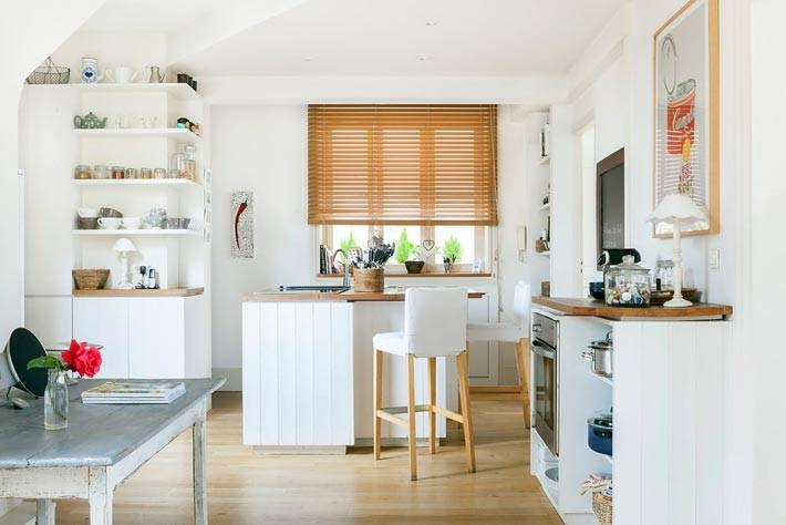 Интерьер небольшой кухни с открытыми полками