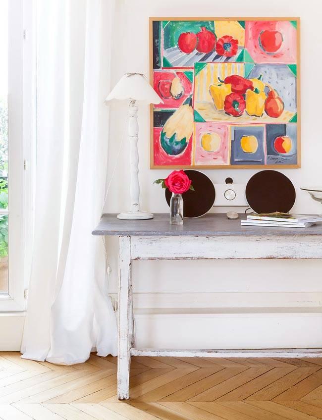 Яркая картина в белоснежном интерьере квартиры фото