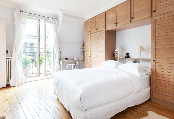 встроенный деревянный шкаф над изголовьем кровати