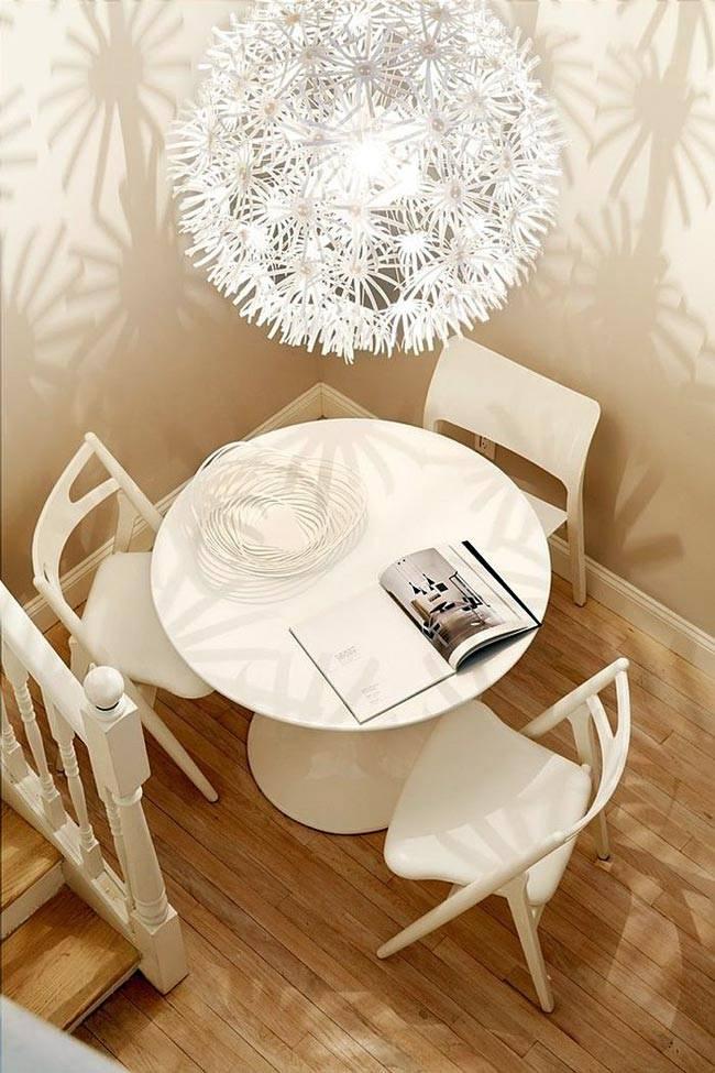 обеденная группа из белого пластика - круглый стол и три стула
