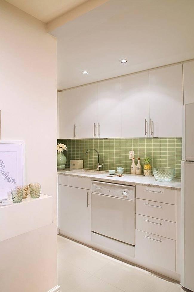 маленькая вместительная кухня бело-салатного цвета