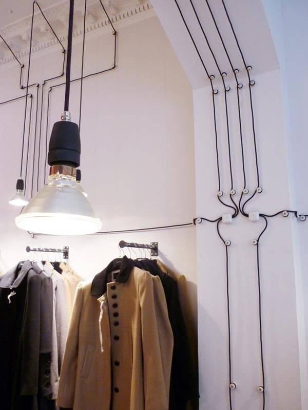Аккуратное расположение проводов на стене дома фото