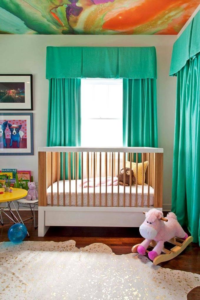 Красочный разноцветный потолок в дизайне детской команты