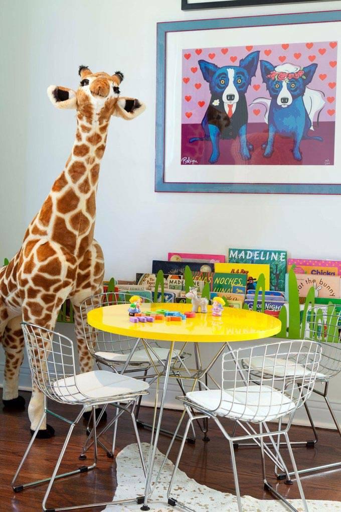Круглый столик с желтой столешницей – рабочее место ребенка