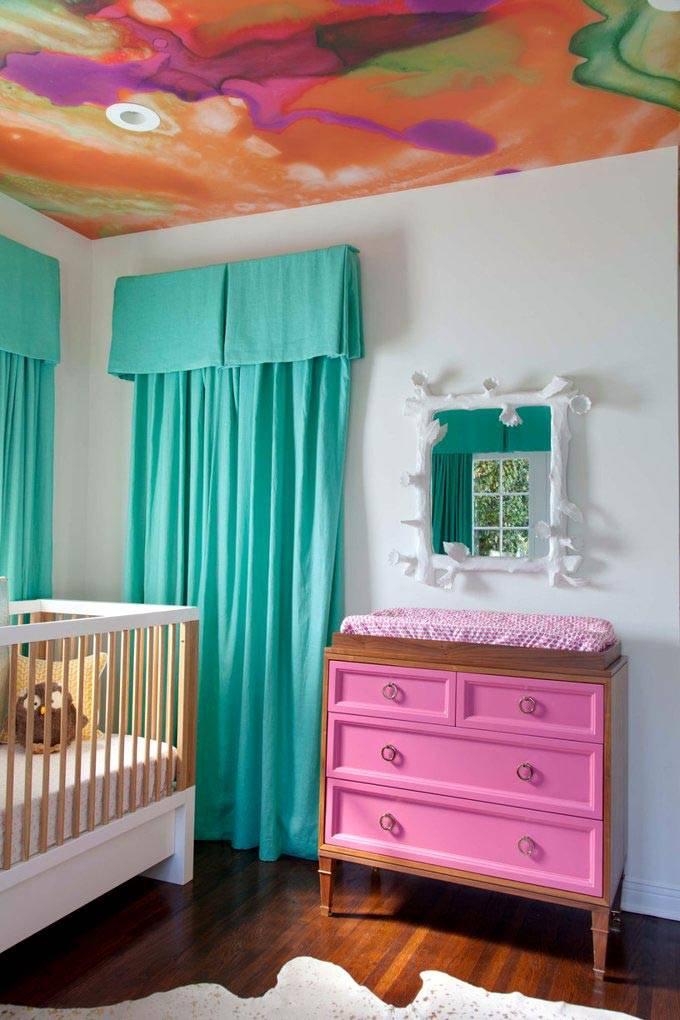 Сочетание розовой мебели и зеленых штор в интерьере детской комнате