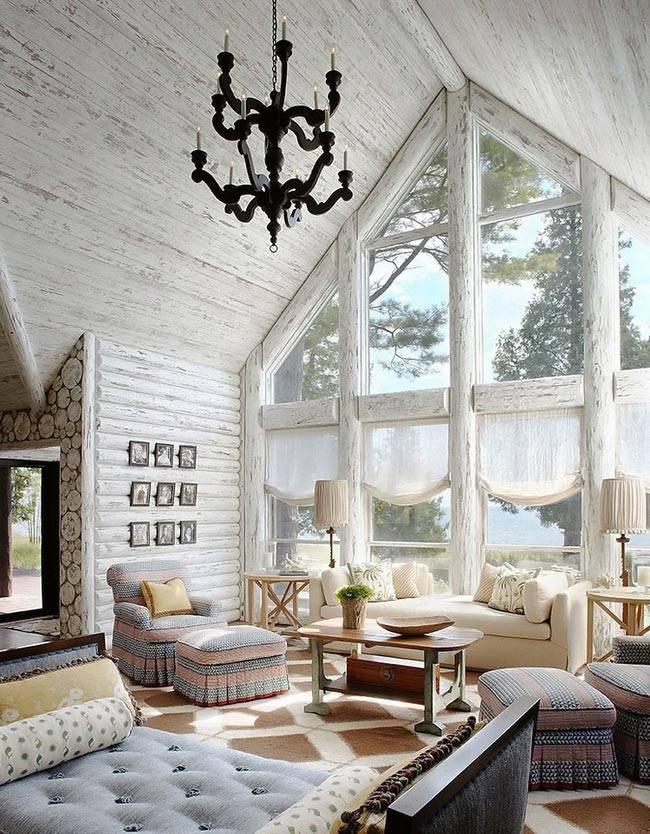 Деревянный дом с белым интерьером фото