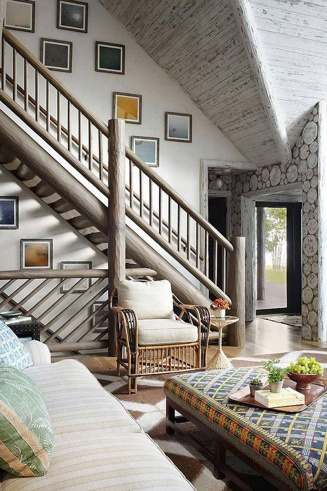 картинная галерея над лестницей в доме из сруба дерева