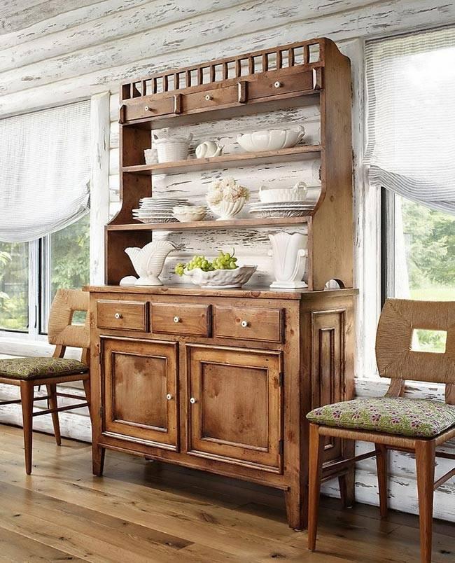 Старый буфет - ретро мебель в деревянном доме фото