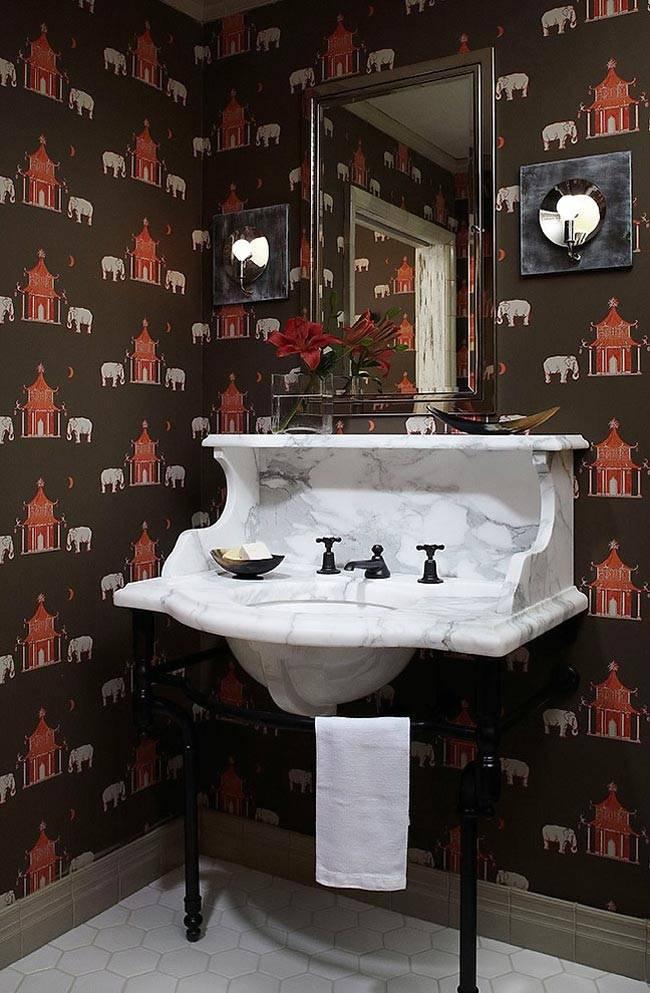 мраморный умывальник и коричневые обои в ванной