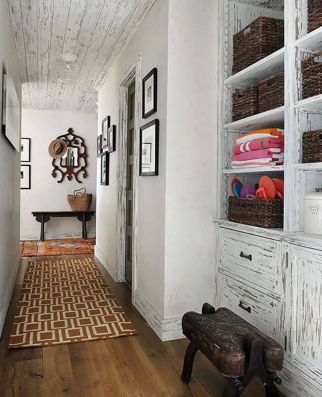 Деревянные доски белого цвета на потолке дома фото