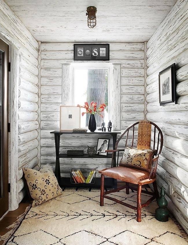 Деревянные стены являются натуральным украшением комнат