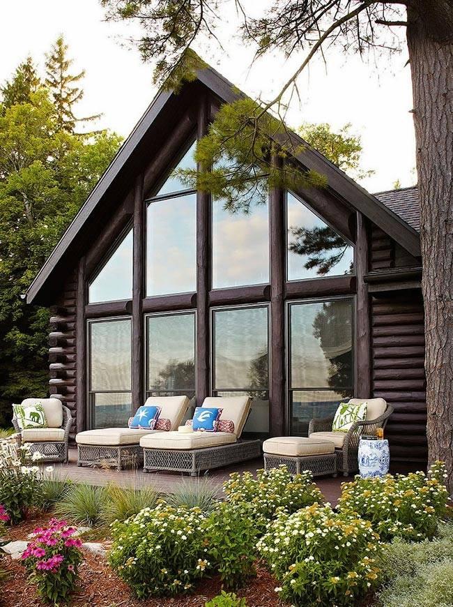 Красивый бревенчатый дом с панорамными окнами и террасой фото