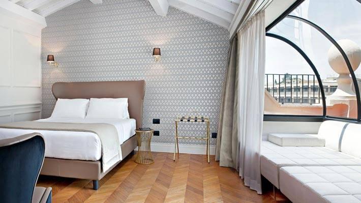 Оригинальный дизайн комнаты с выпуклым окном в отеле The Corner