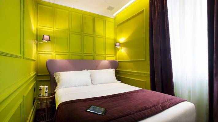 Салатовые стены в интерьере спальной комнаты фото
