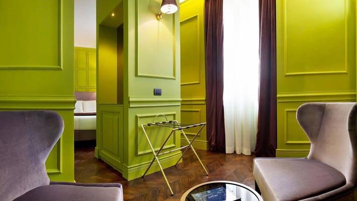 Комната в отеле The Corner с зелеными стенами фото