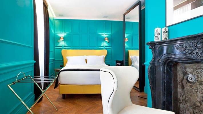 Цвет морской волны в комнате с желтой кроватью и камином