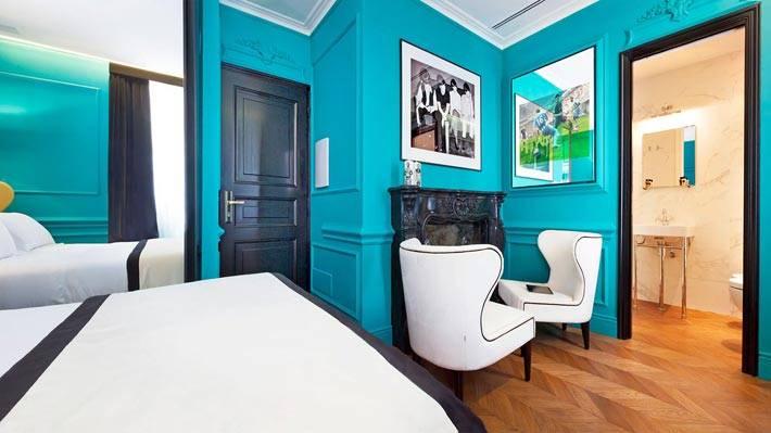 Насыщенный голубой цвет стен в одном из номеров отеля