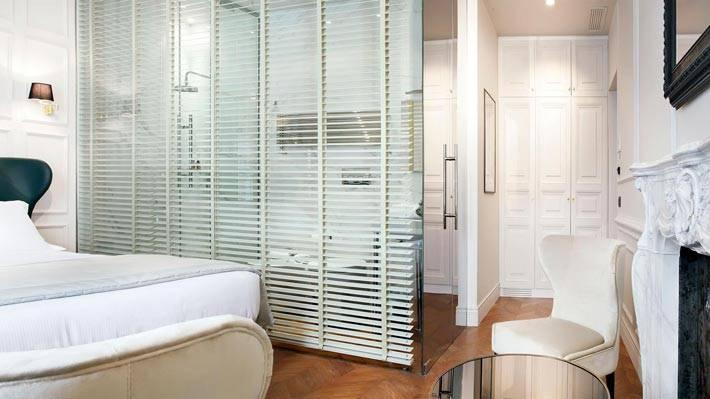 стеклянная перегородка с жалюзи между ванной и спальней