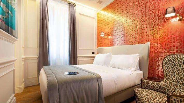 Яркая акцентная оранжевая стена в спальной комнате фото