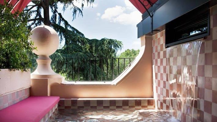 Бассейн с водопадом на балконе номера отеля The Corner фото