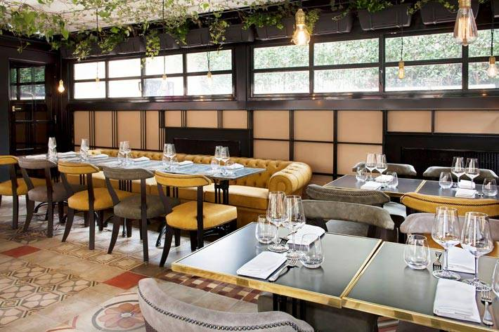 красивый интерьер ресторана отеля The Corner с цветами на потолке