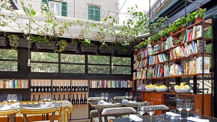 Книжные полки как антураж в ресторанне отеля фото