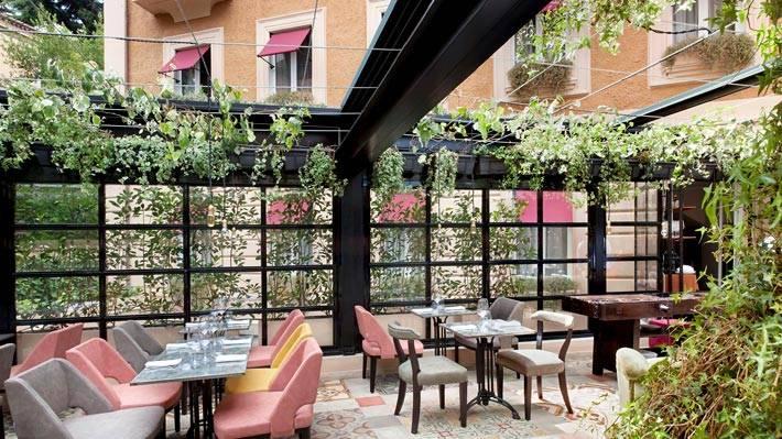 ресторан на террасе ресторана отеля The Corner
