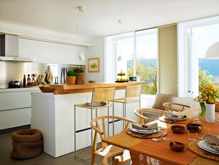 Дизайн интерьера кухни с белой и деревянной мебелью фото