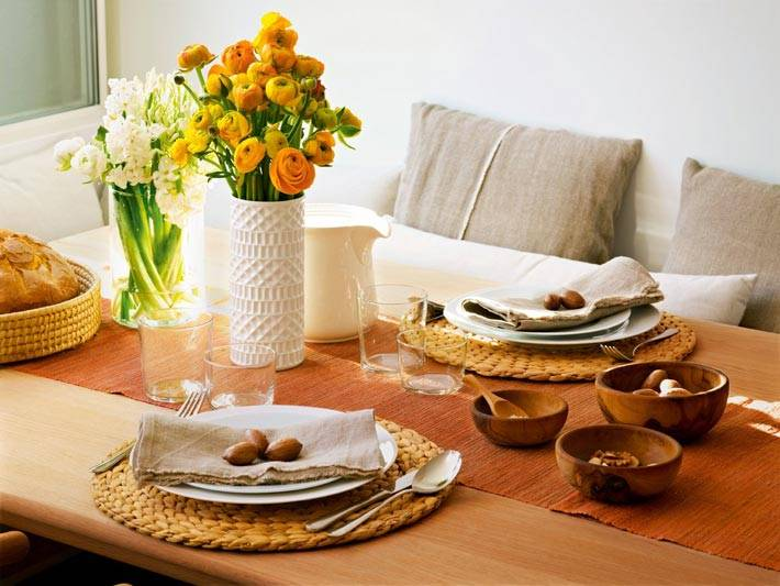 Сервировка обеденного стола на уютной кухне