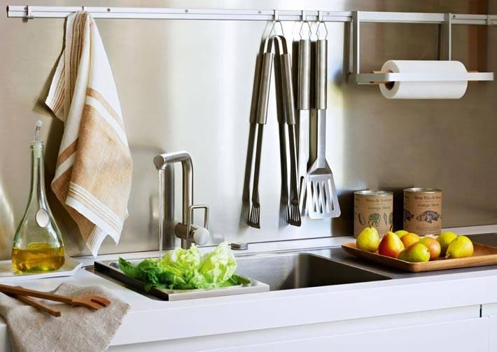 кухонные принадлжености на рейлингах возле раковины