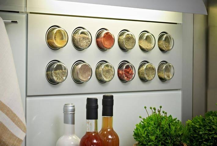 Идеи хранения специй в банках на кухне