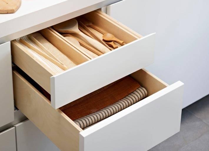 как аккуратно хранить предметы и полотенца в кухонных ящиках