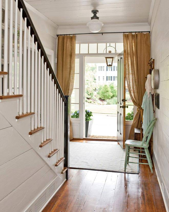 бежево-коричневые шторы прикрывают входные двери в дом