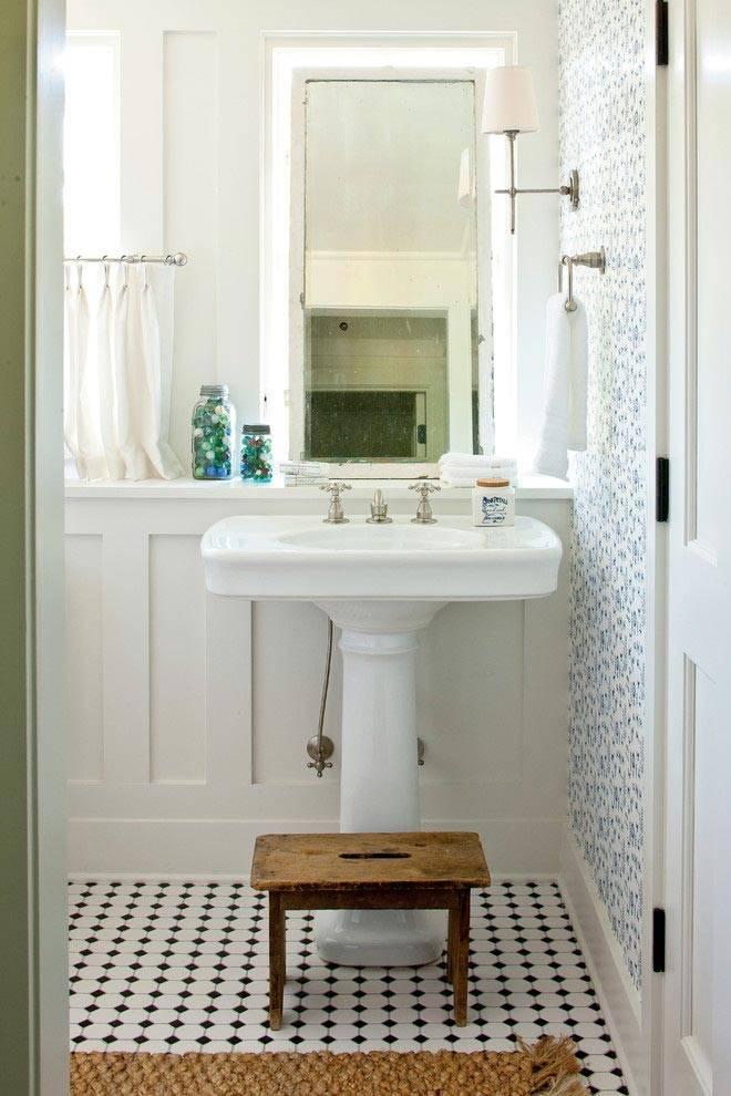 светлый интерьер ванной с элементами ретро-мебели