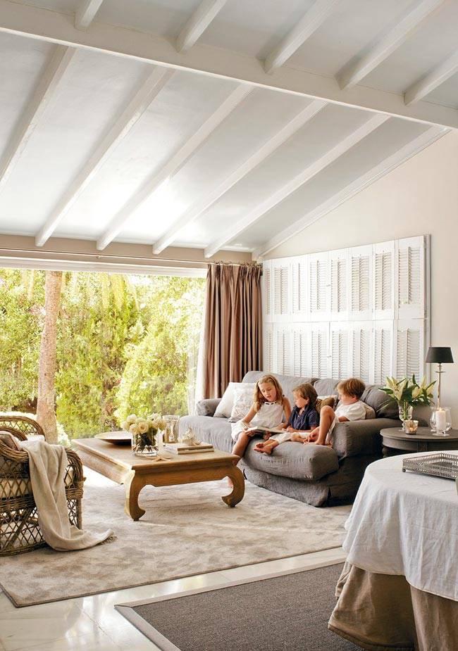 Красивый интерьер испанского дома с покатой крыши фото