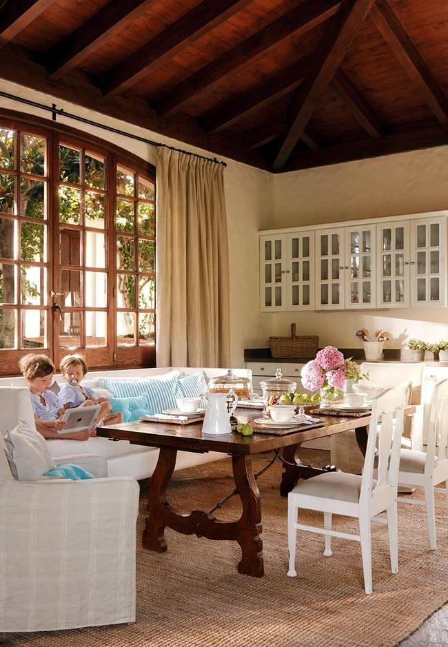 Красивая просторная кухня в испанском доме фото