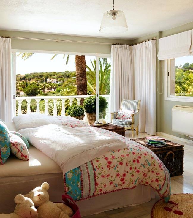 Два больших окна в интерьере спальной комнаты фото