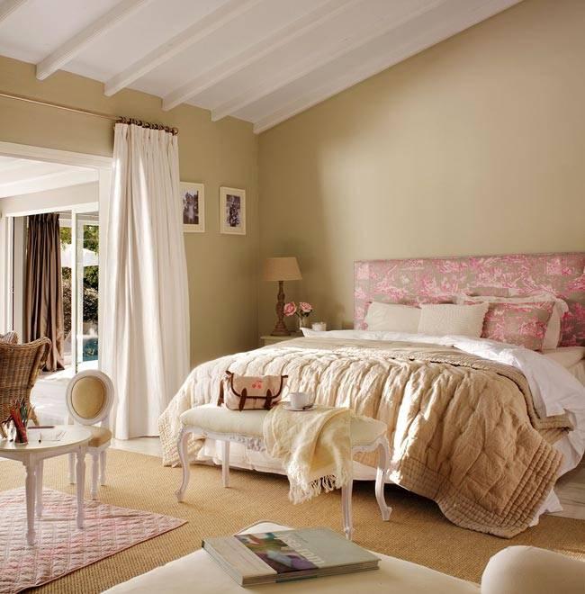 уютная мансардная спальня с большой кроватью