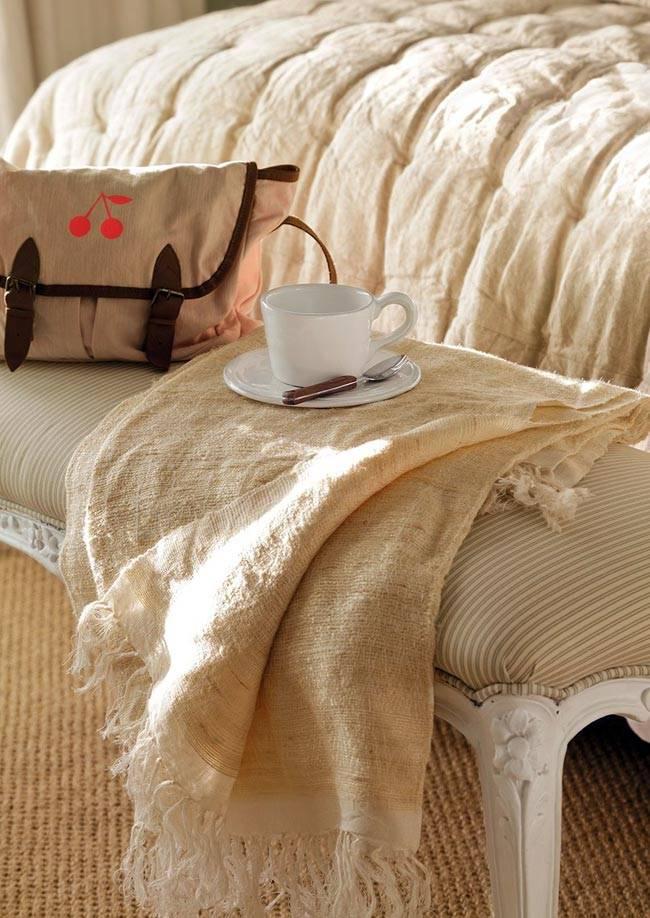 Приятный текстиль и декор во взрослой спальне