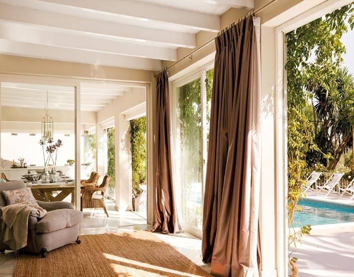 стеклянная стена в интерьере - огромные окна, выходящие во двор